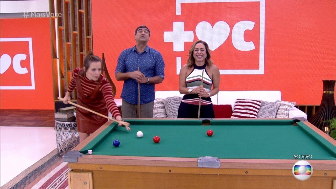 Letícia Colin joga bilhar com Zeca Carmargo e Cissa Guimarães