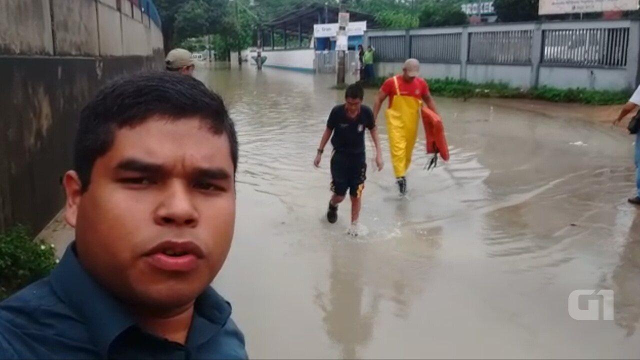 Estudante e motorista ficam ilhados em van escolar após igarapé alagar rua em Manaus.