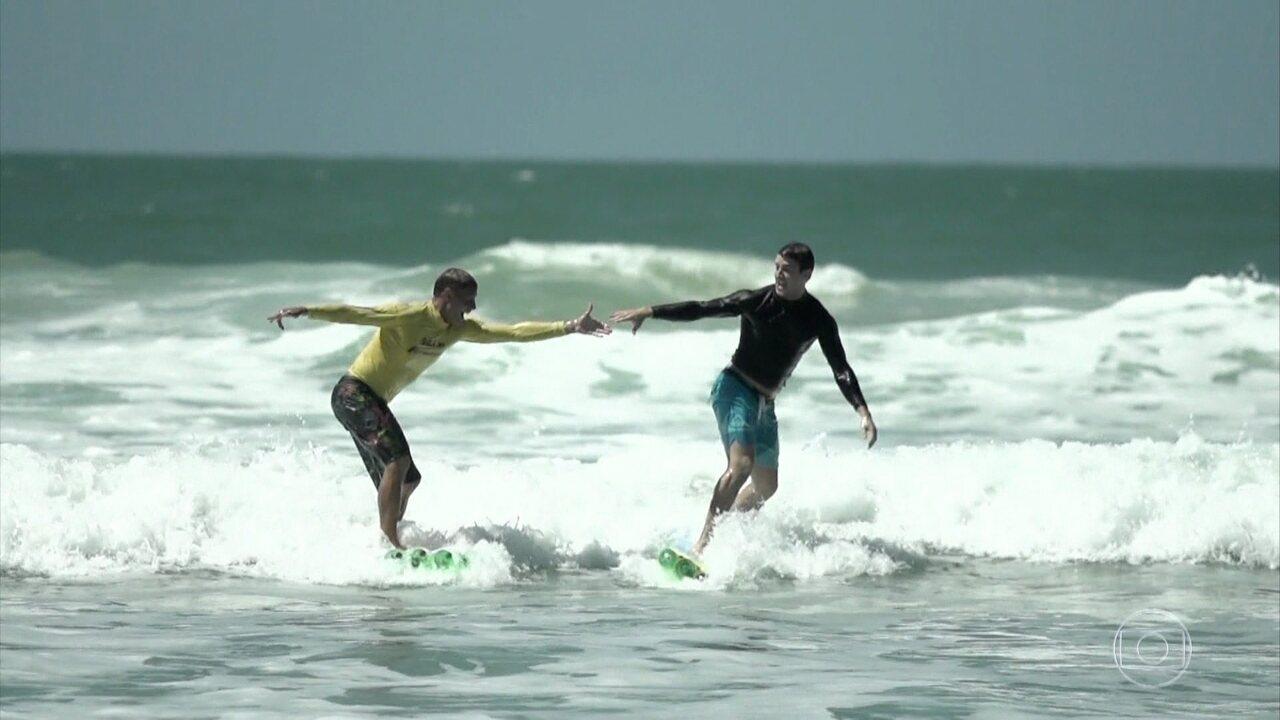 Klebber Toledo conhece projeto que transforma garrafas pets em pranchas de surf