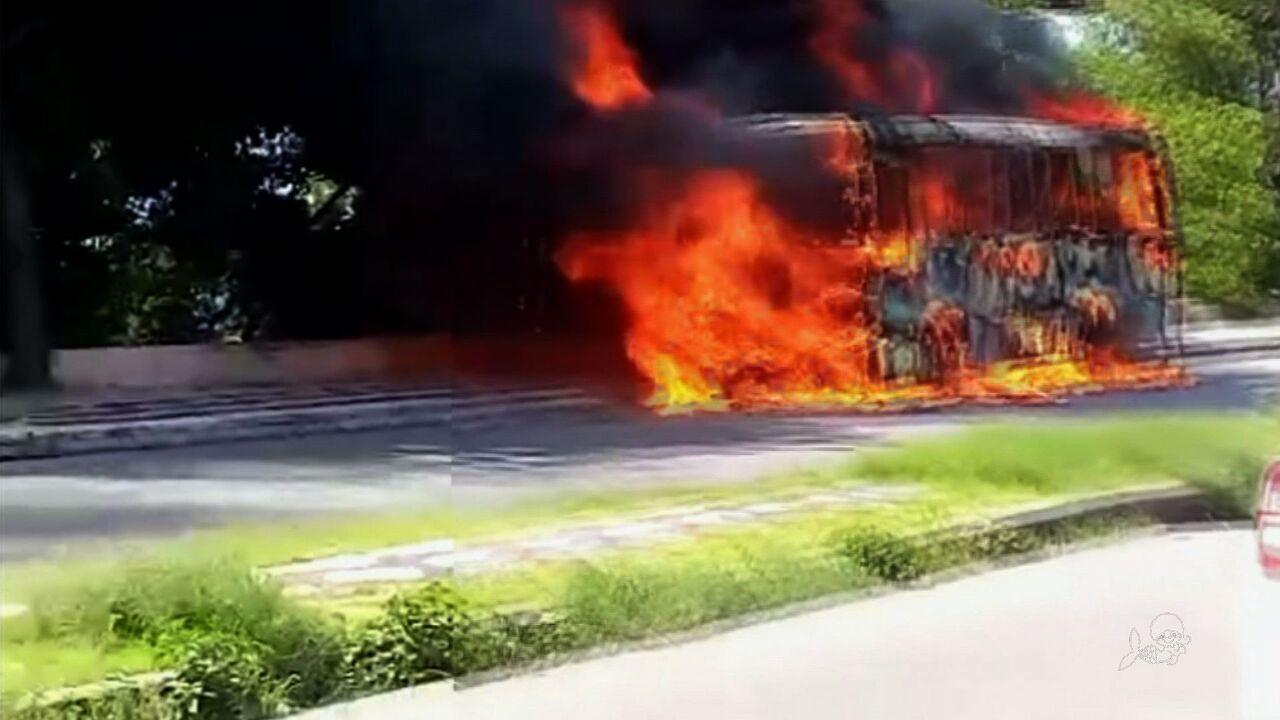 Onda criminosa: Fortaleza tem dia de ataques a ônibus e população fica sem transporte