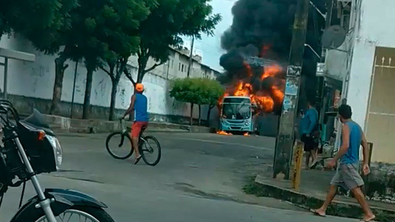 Ônibus incendiado no bairro Vila Velha na manhã desta quinta-feira