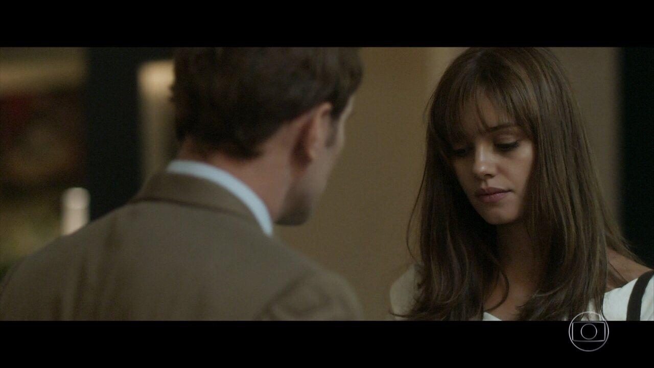 Vitor pede Alice em casamento, e ela nega