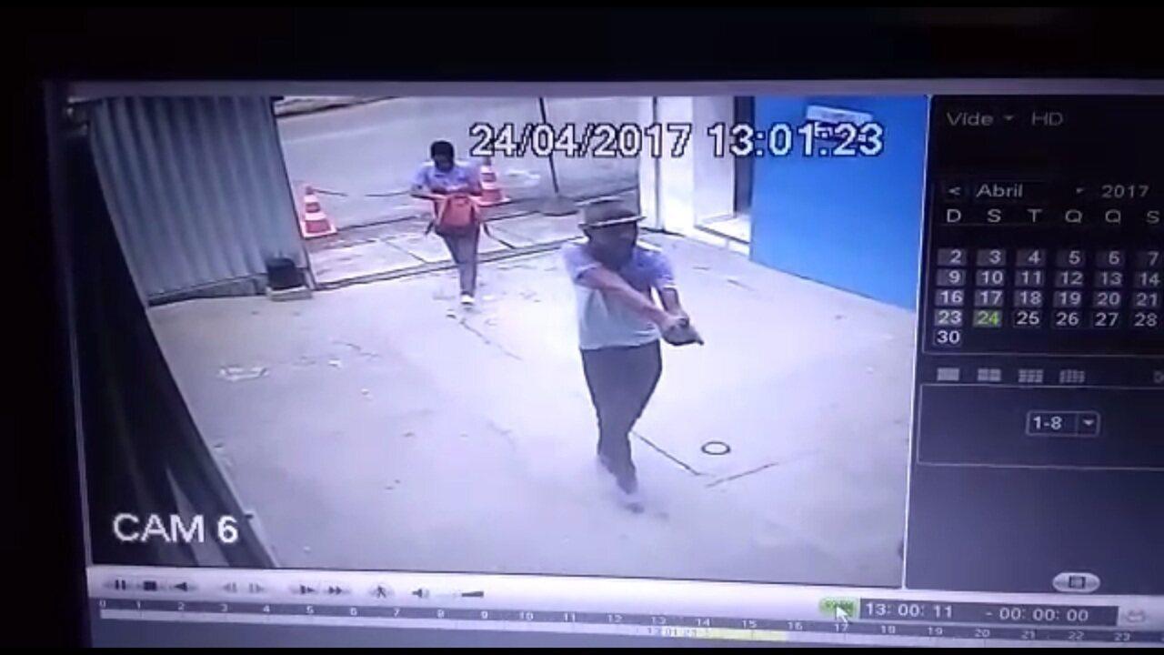 Homens com fardamento de colégio invadem clínica e assaltam clientes; PM é baleado