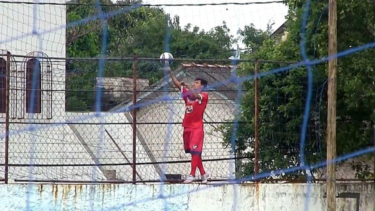 Sem gandulas, camisa 10 do Vilavelhense Sub-20 escala muro para pegar a bola