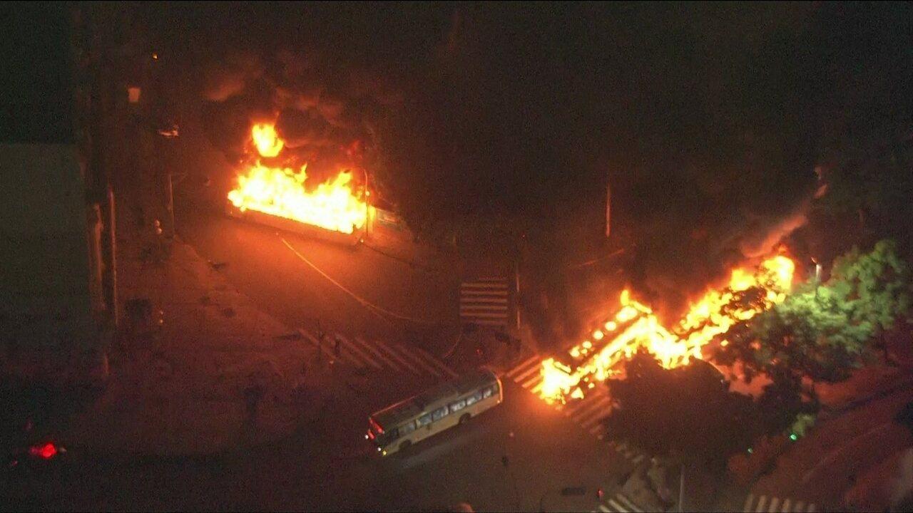 Ônibus e carros são incendiados no Centro do Rio durante os protestos