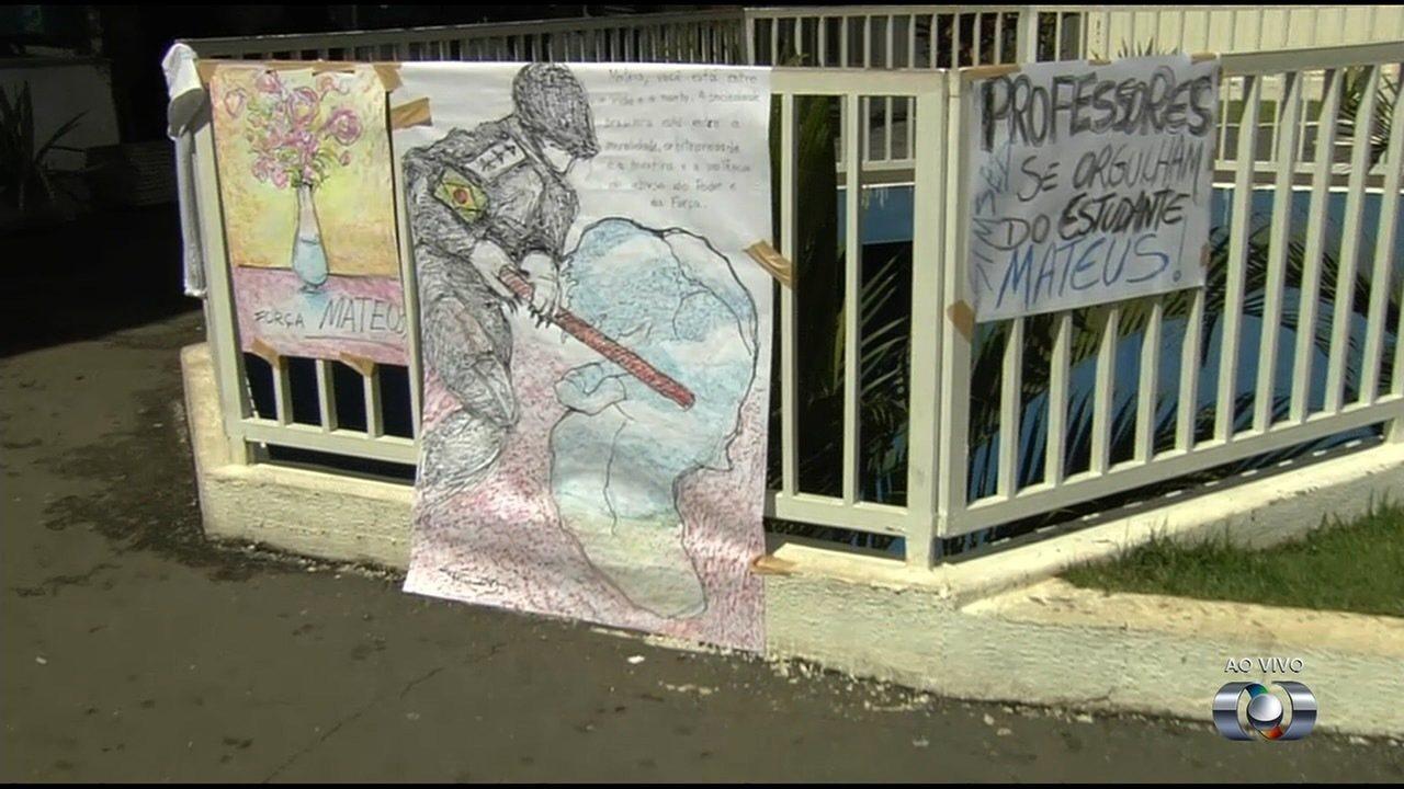 Amigos de estudante agredido por PM em manifestação fazem homenagens na porta de hospital