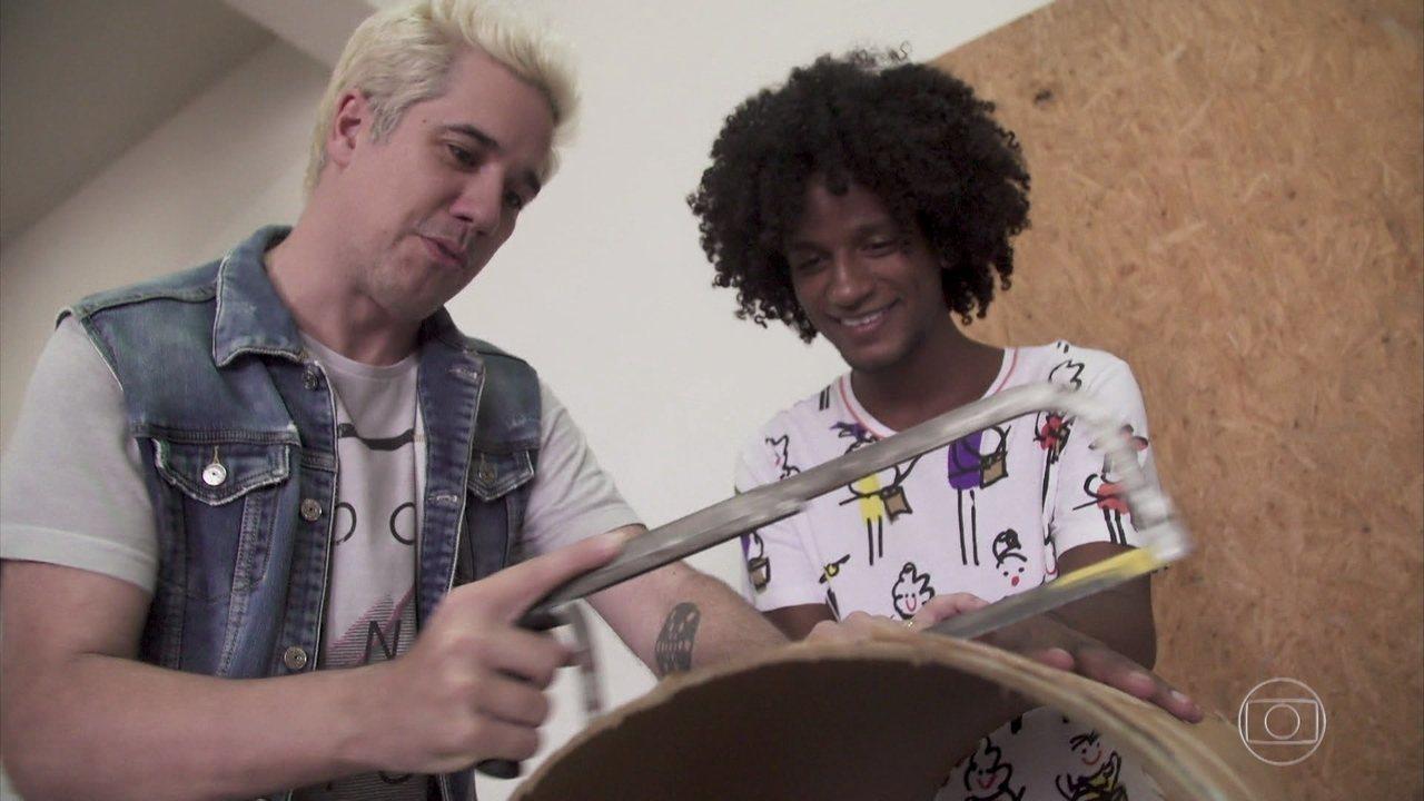 Rogério Flausino aprende a fabricar instrumentos musicais com alunos do