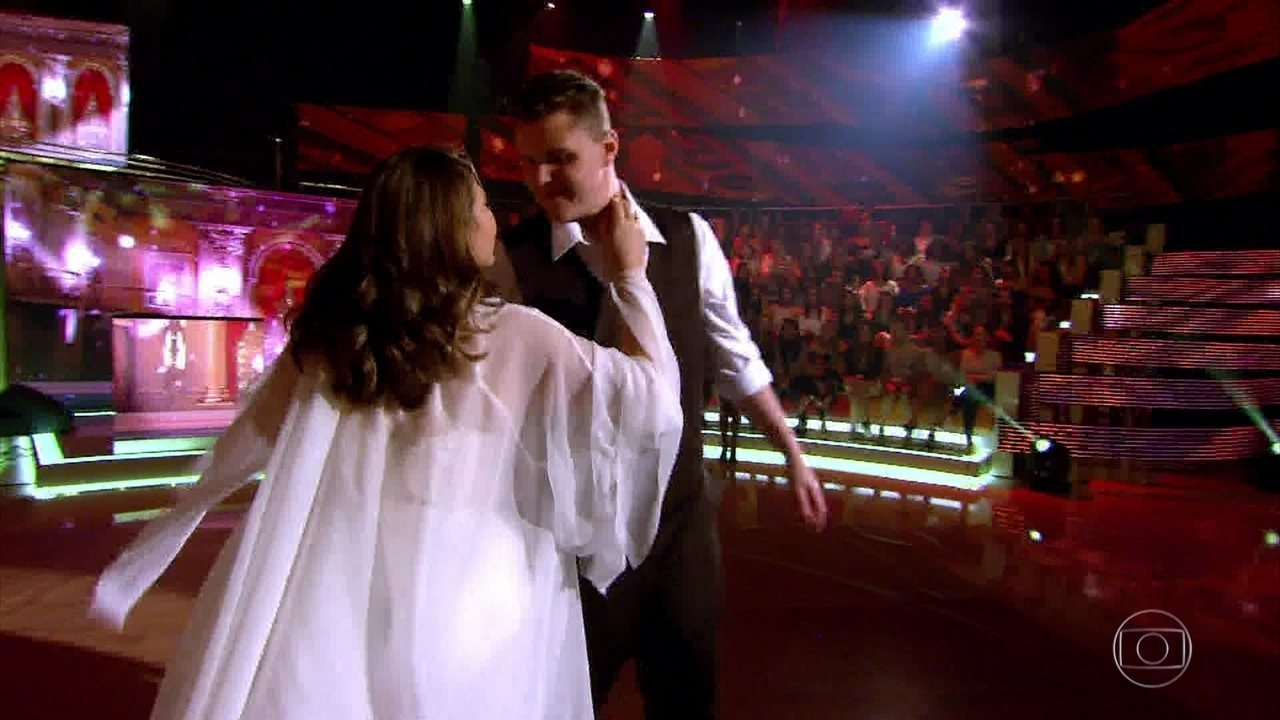 Lata Velha: Fernando e sua noiva Natália se apresentam no palco do Caldeirão
