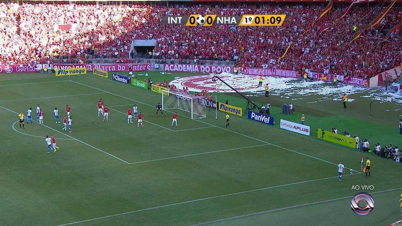 Jardel cobra o escanteio, e Júlio Santos cabeceia sozinho na trave de Keiller a 1 minuto de jogo