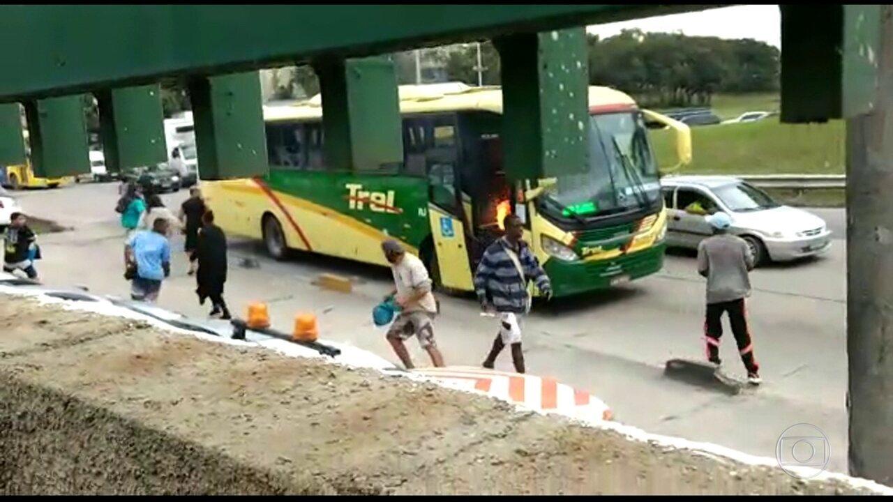 Video mostra momento em que ônibus é incendiado na Washington Luís