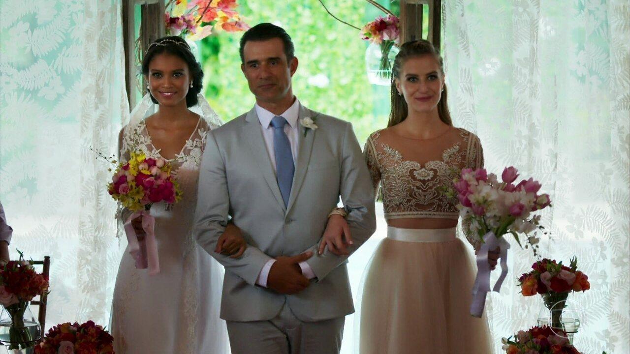 Bárbara e Gabriel e Joana e Giovane se casam em cerimônia dupla