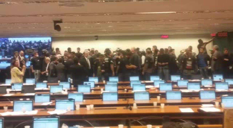 Agentes penitenciários protestam no plenário da comissão da reforma da Previdência