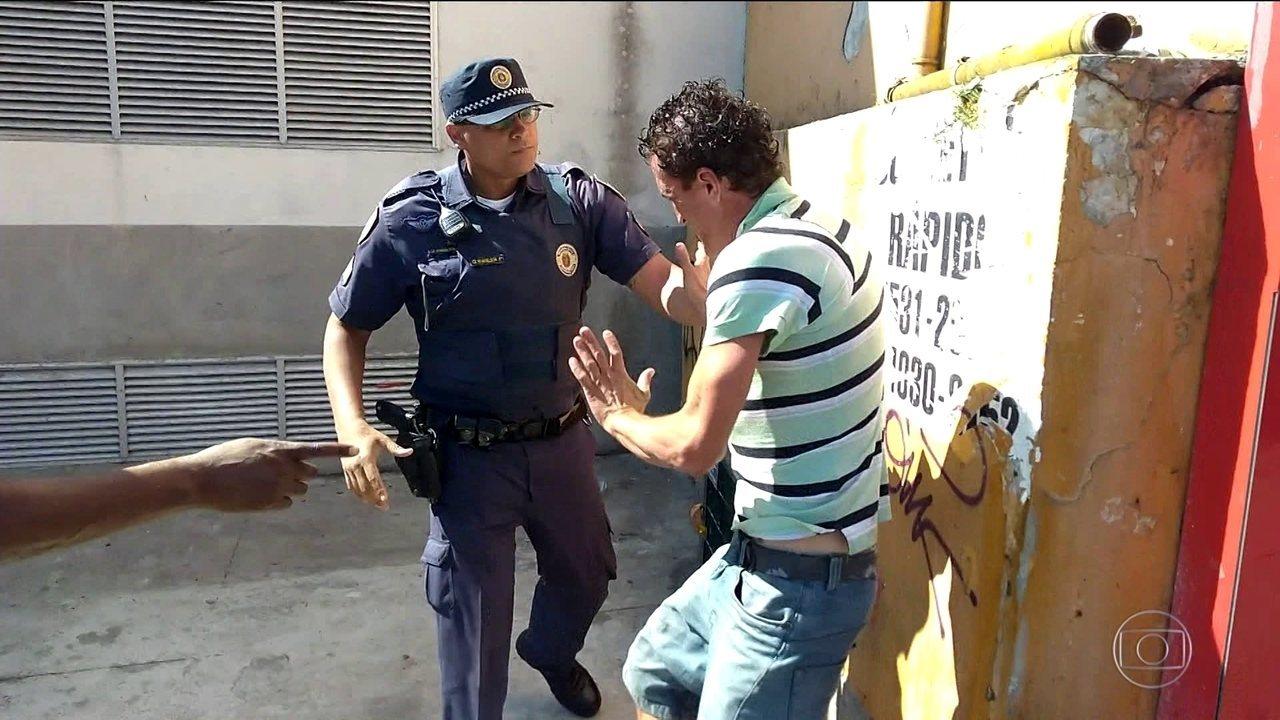 Imagens mostram morador de rua sendo agredido por guarda civil em SP