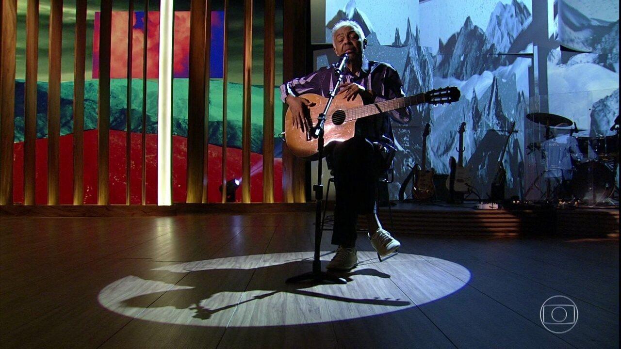 Gilberto Gil abre o 'Conversa com Bial' cantando 'Não Tenho Medo da Morte'