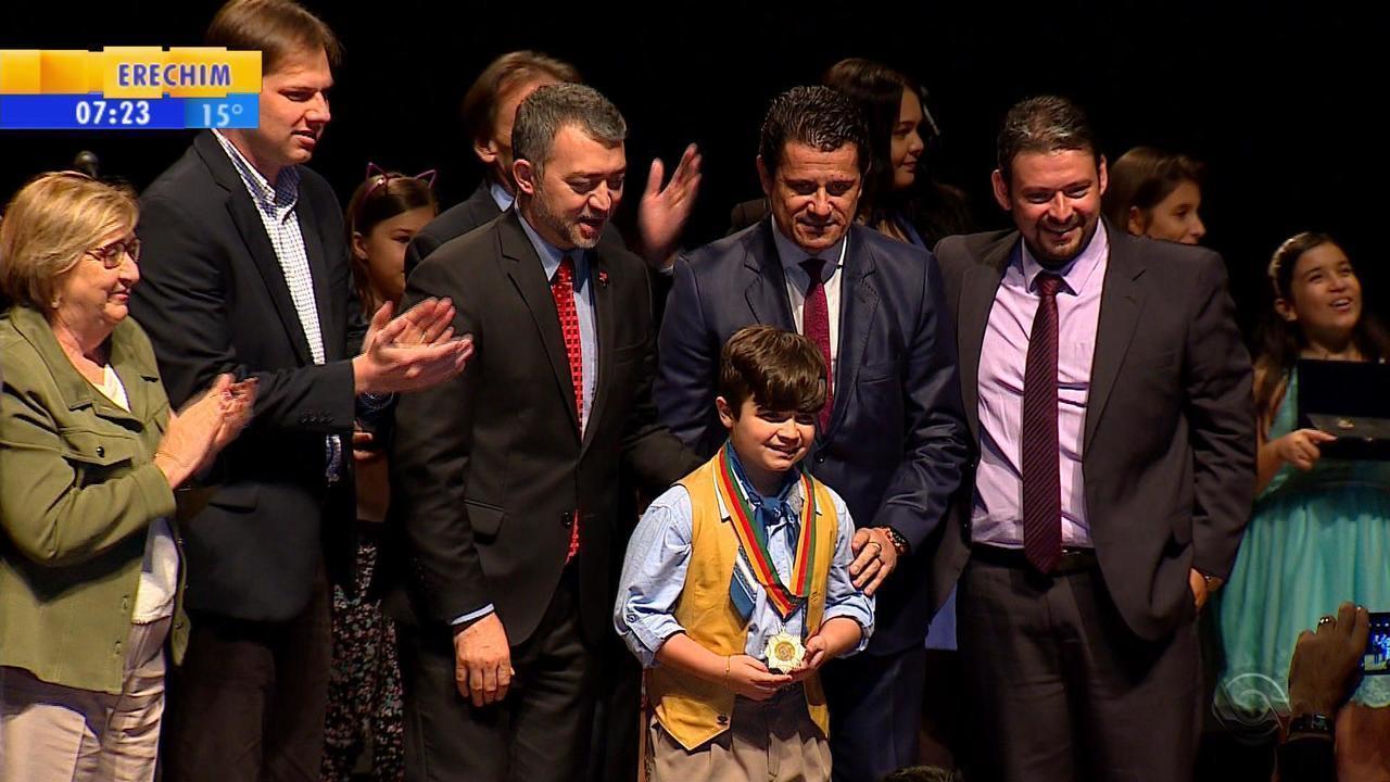 Thomas Machado recebe medalha do Mérito Farroupilha