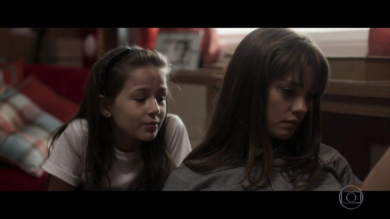 Reveja cena de Kiki com as filhas e seus conflitos de ideias