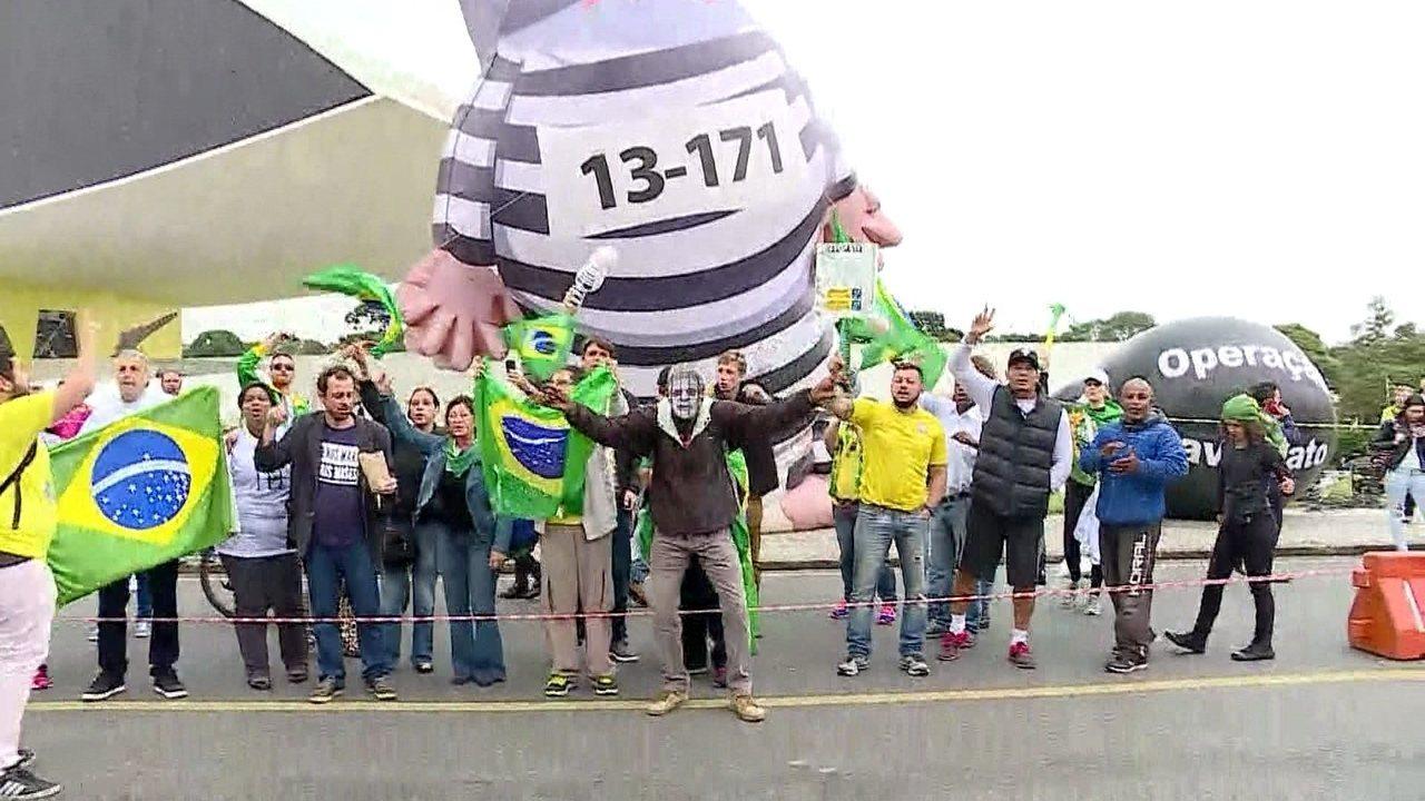 Manifestantes a favor da Lava Lato se concentram no Centro Cívico, em Curitiba