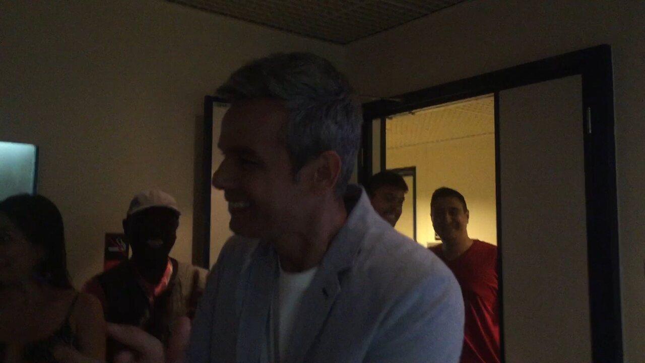 O apresentador recebe o carinho da equipe e faz discurso