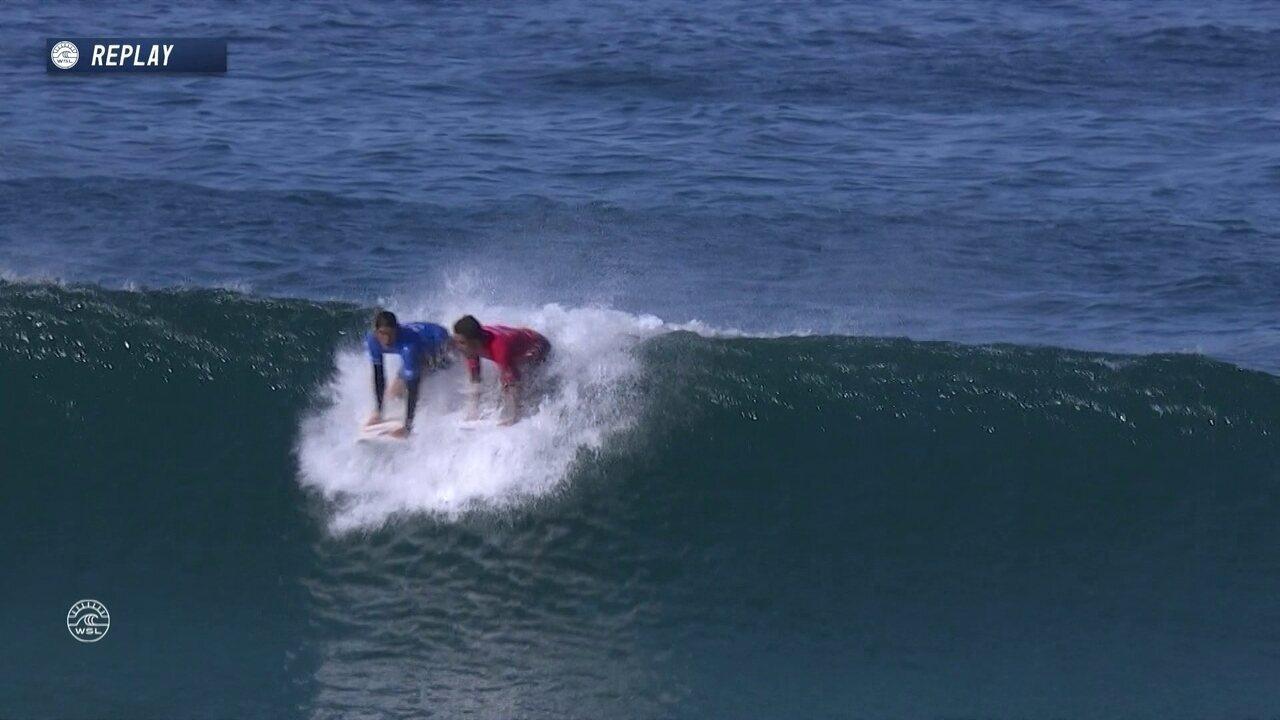 Kanoa Igarashi e Filipe Toledo sobem na mesma onda, e o brasileiro comete a interferência de remada