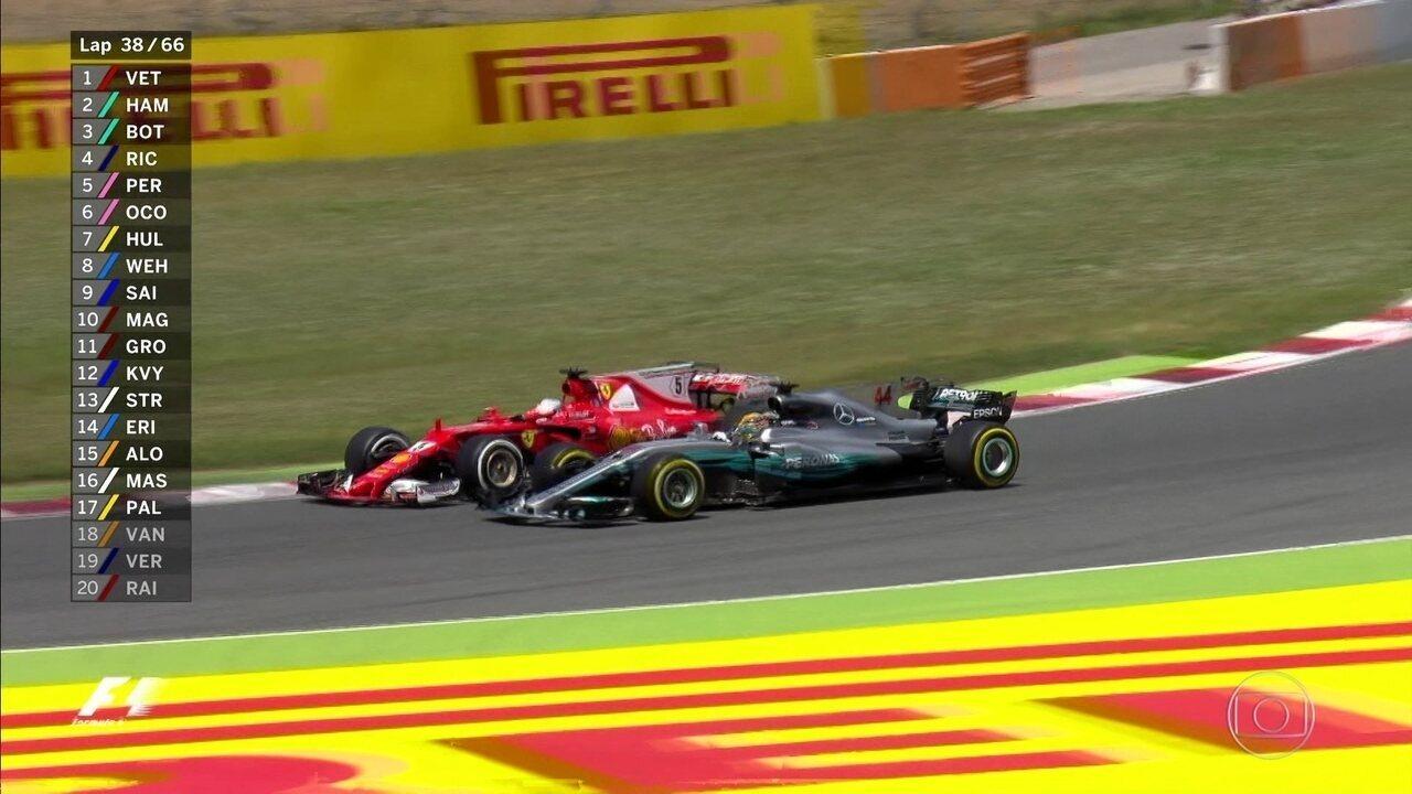 Quase, quase! Vettel volta dos boxes, disputa 1ª posição com Hamilton e leva a melhor