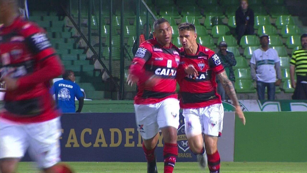 Walter emenda de primeira e marca contra o Coritiba em sua estreia pelo Atlético-GO