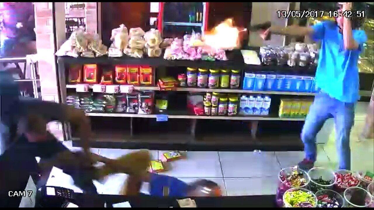 Vídeo mostra quando policial militar é abordado por assaltantes em padaria