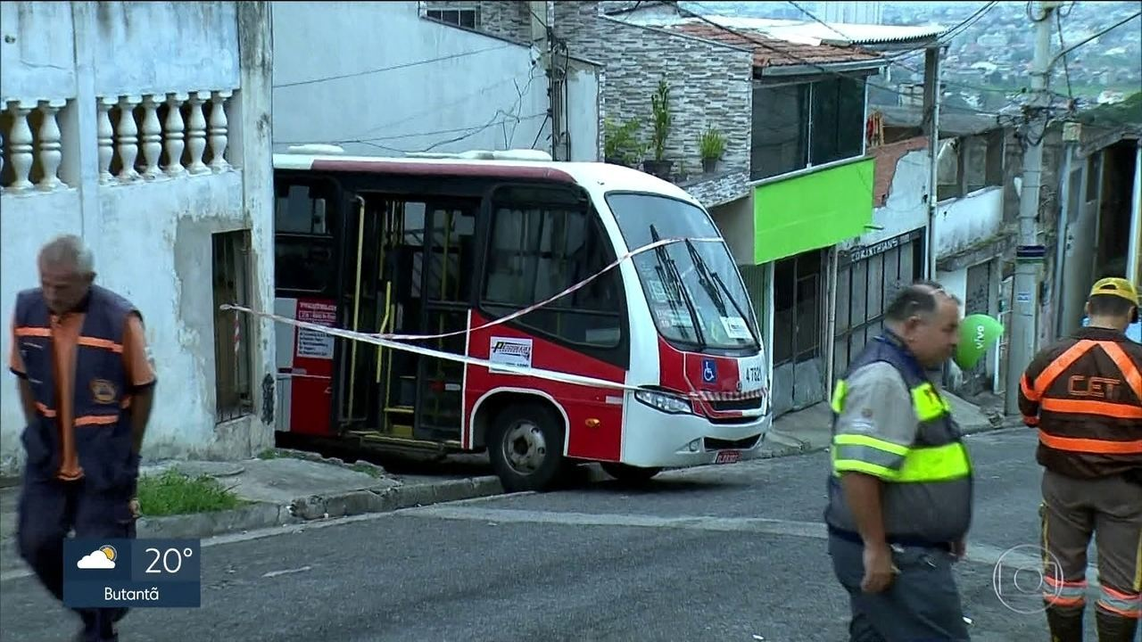 Micro-ônibus invade casa e deixa duas pessoas feridas