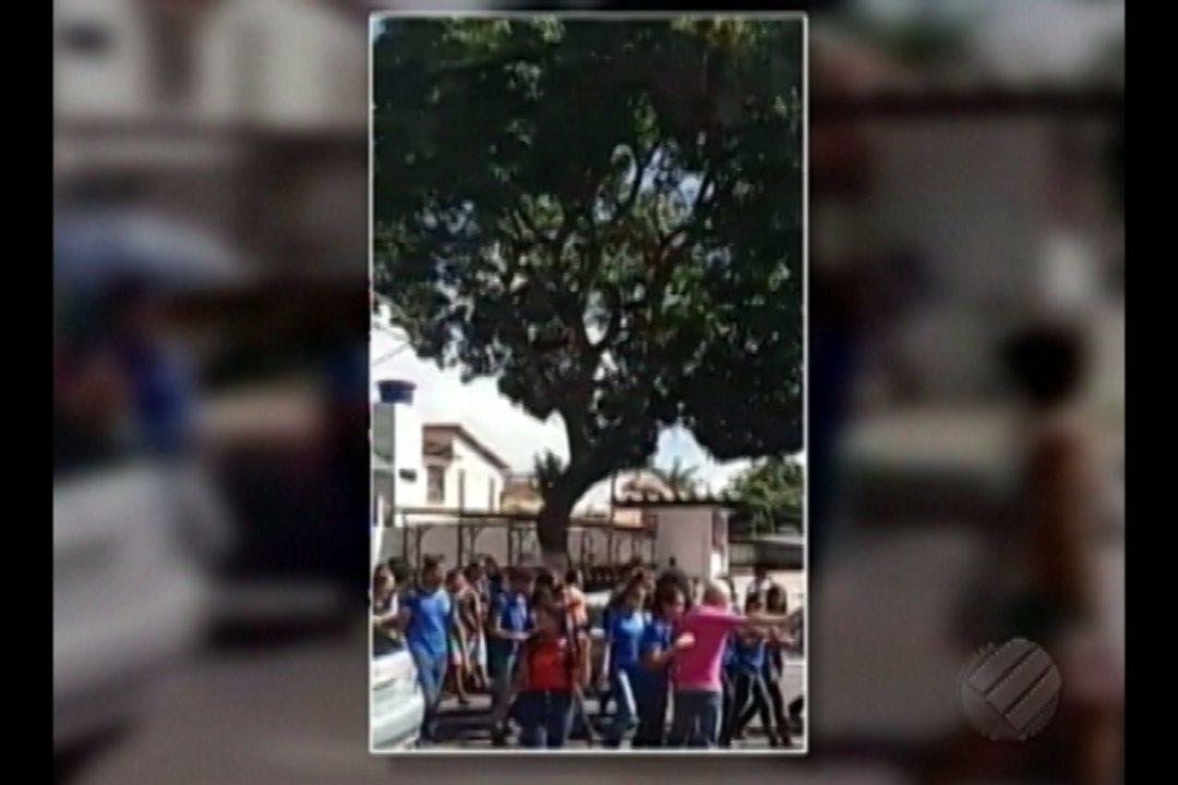 Estudantes de sete escolas estaduais fazem protesto nas ruas de Icoaraci nesta terça (16)