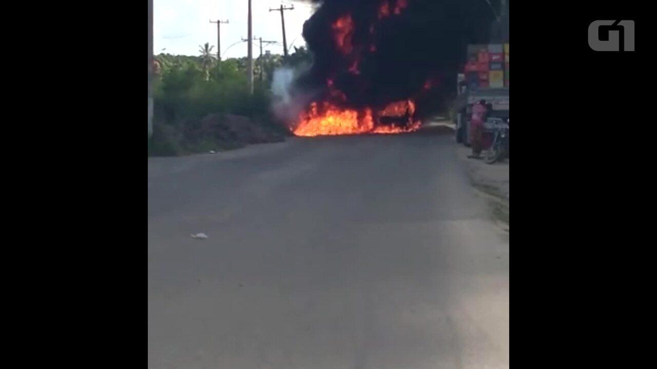 Vídeo mostra ônibus incendiados em Santa Cruz, Zona Oeste do Rio