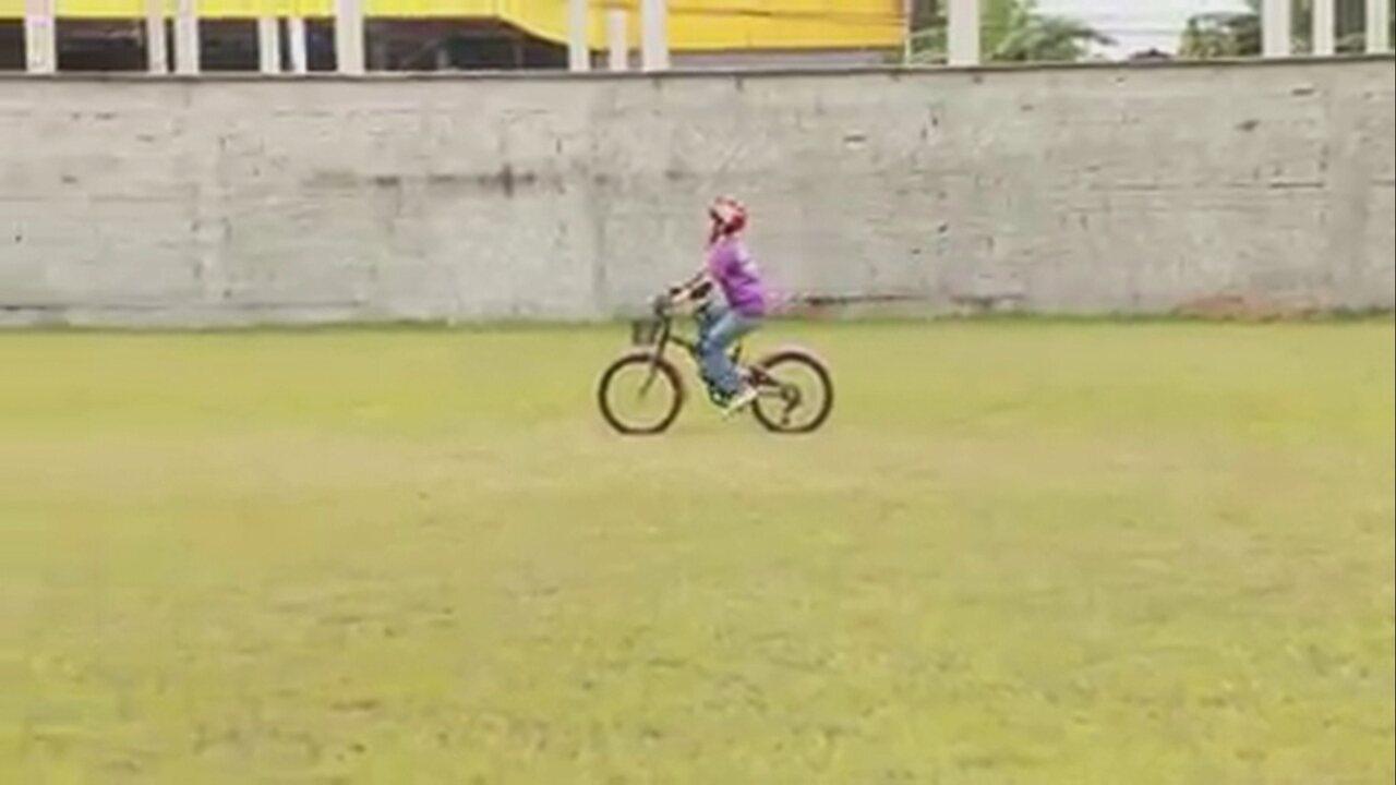 Dois anos após pedalar pela 1ª vez, menino cego agora pedala sozinho em SC