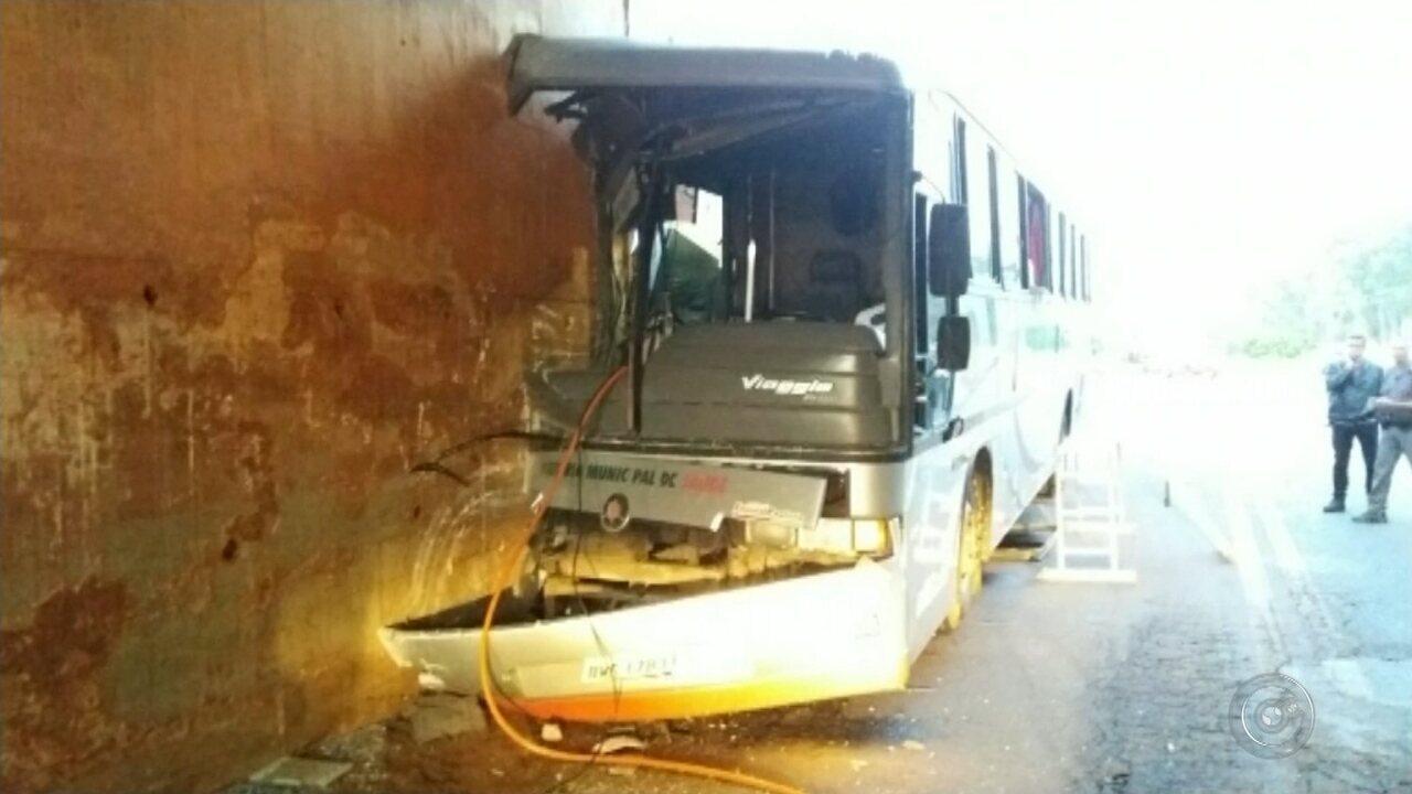 Acidente com ônibus de pacientes deixa pessoas feridas na entrada de Tupã