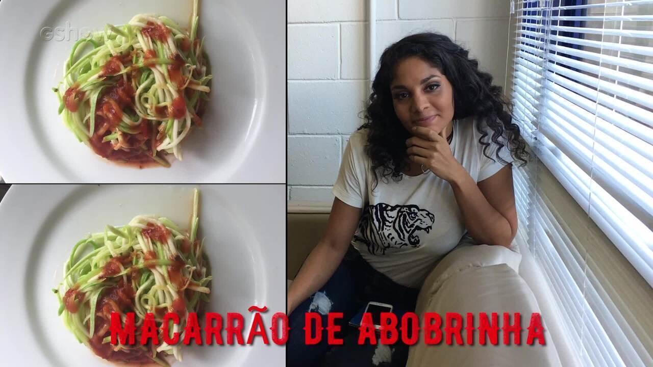 Ela mesma faz a sua receita favorita: macarrão de abobrinha.