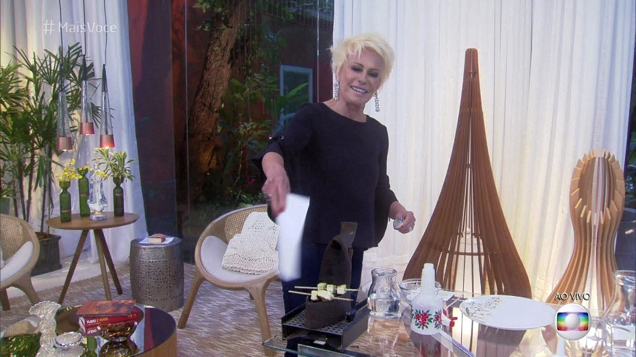 Ana Maria Braga faz churrasco com ferro de passar antigo
