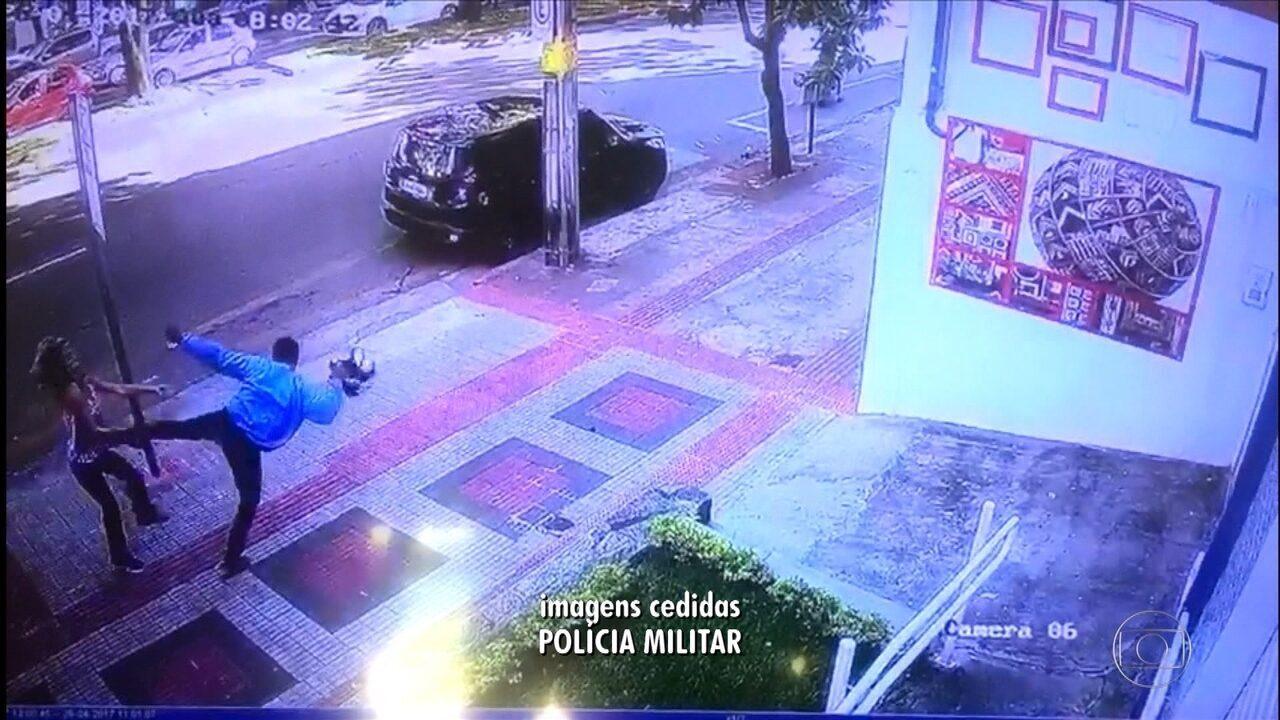 Vídeo mostra mulher sendo agredida com chute no rosto em assalto; veja vídeo