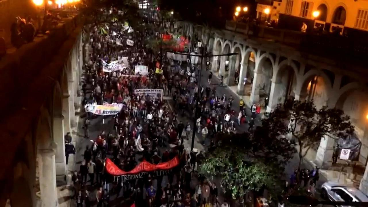 Manifestantes protestam contra Temer na Região Central de Porto Alegre