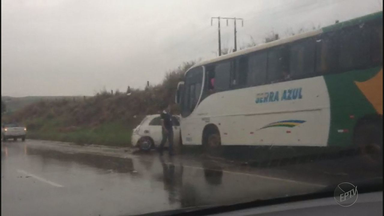 Motorista perde controle da direção e bate em ônibus em rodovia de Serrana, SP