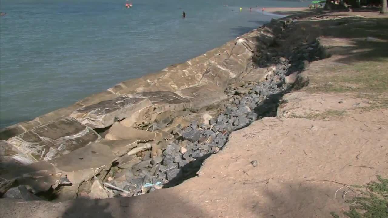 Muro de contenção não consegue conter água do mar e cai na Praia da Ponta Verde
