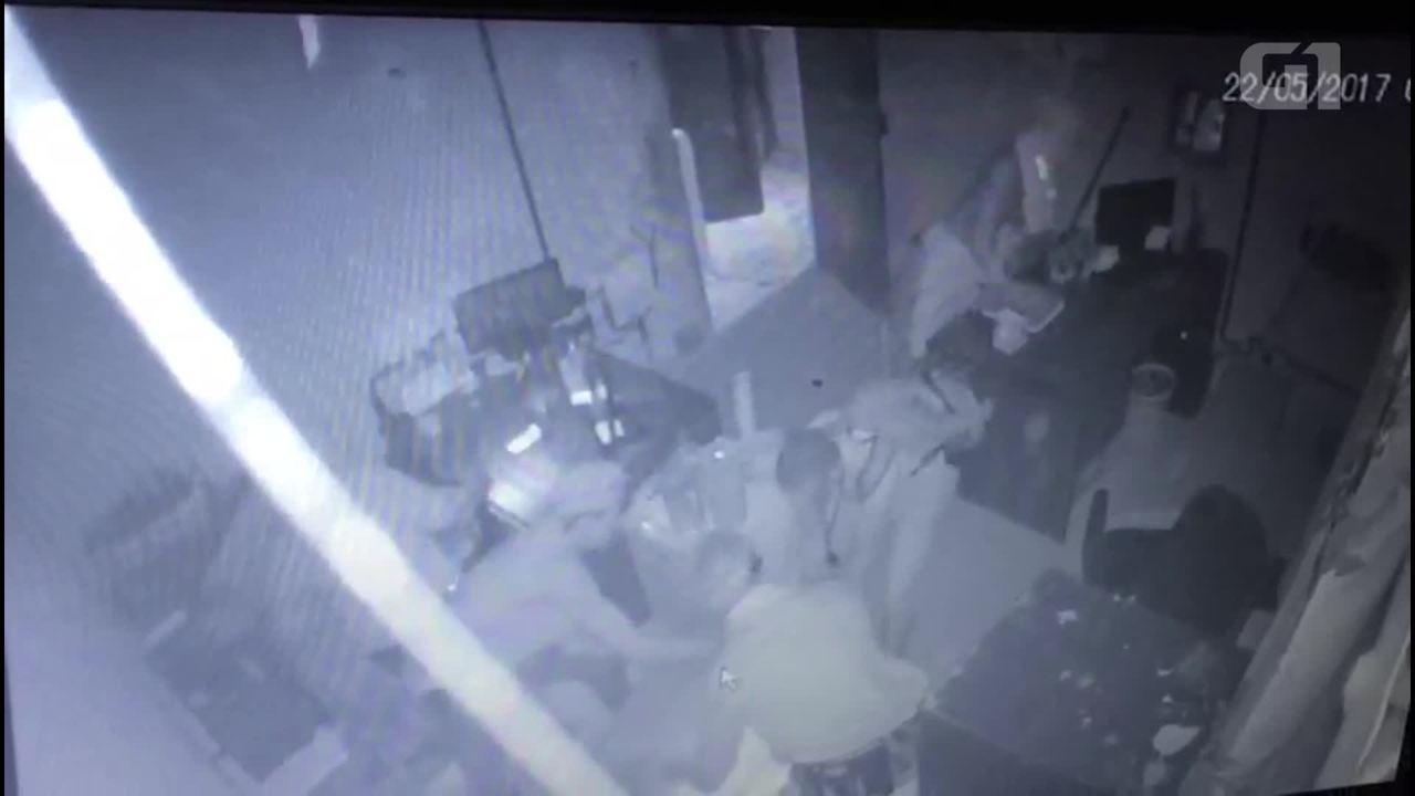 Câmeras registram ação de criminosos em loja da região da Central do Brasil