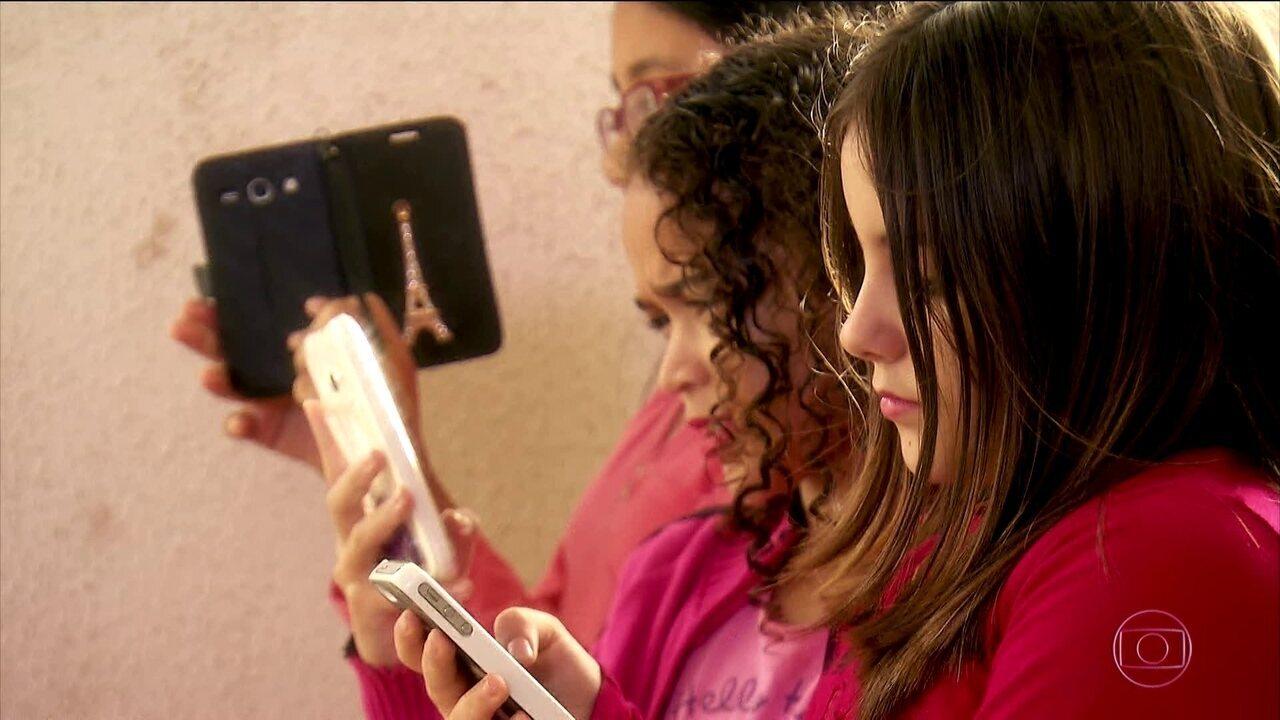 Crianças que usam muito o celular correm risco de ficar míopes