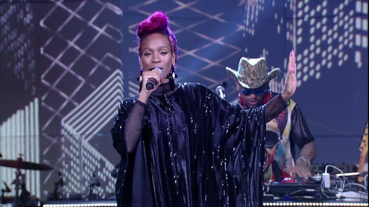 Karol Conka abriu o programa cantando