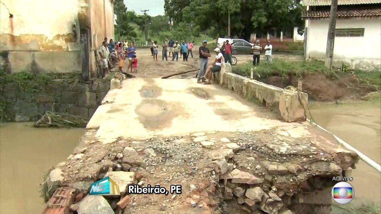 Chuva deixa moradores desabrigados e destrói ponte de Ribeirão, na Mata Sul de PE