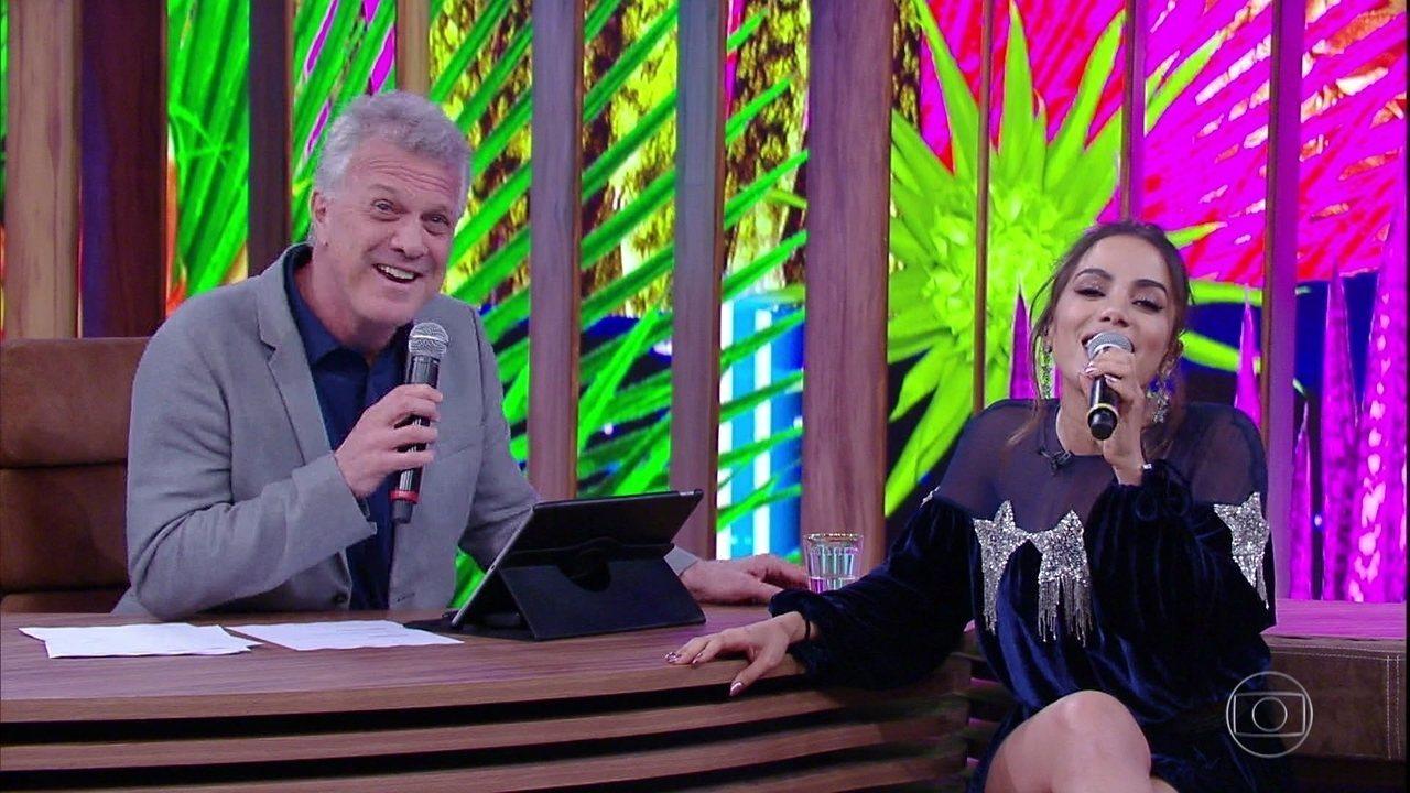 Anitta e Pedro Bial encerram o programa cantando juntos