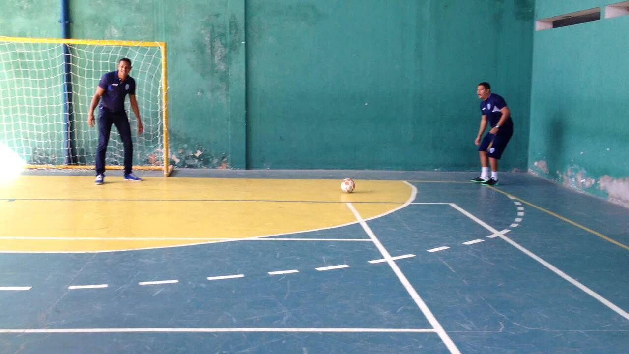 Jogadores do time de futsal recebem visita do goleiro Mota