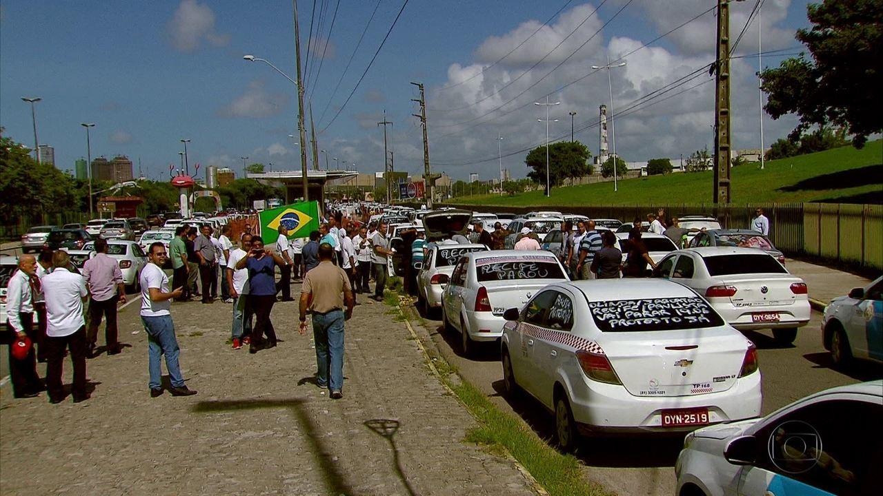 Taxistas fazem carreata no Recife para protestar contra circulação do Uber