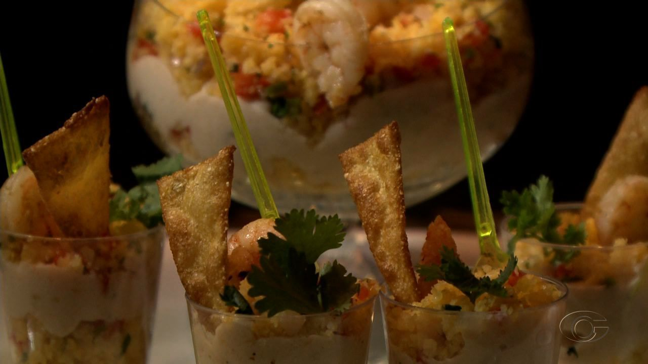 Veja a receita de refogadinho de cuscuz com creme de camarão e tacos de milho crocante
