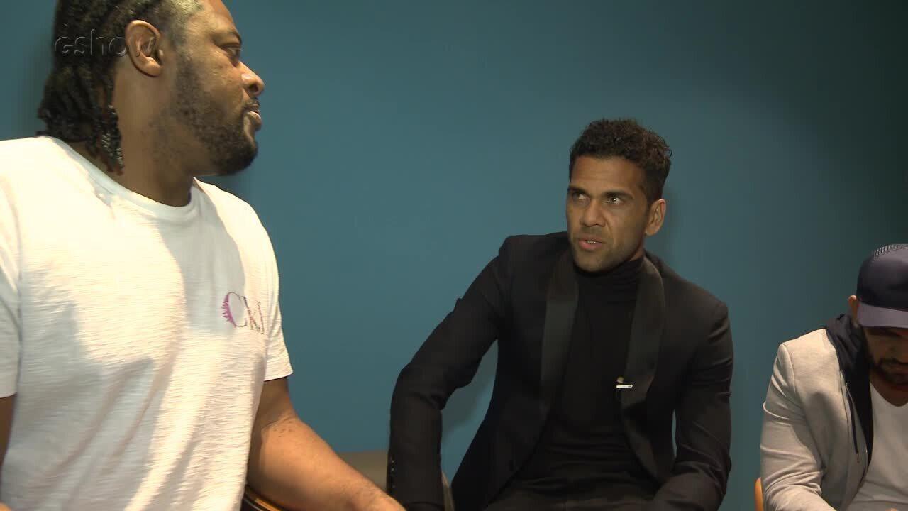 Daniel Alves conversa com amigos nos bastidores do Conversa com Bial