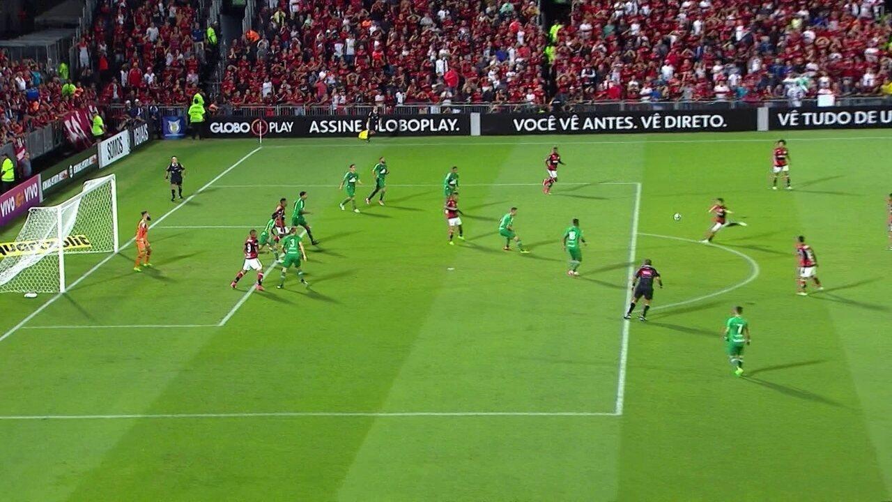 Gol do Flamengo! Diego pega sobra de fora da área e chuta no ângulo, aos 12' do 1º Tempo