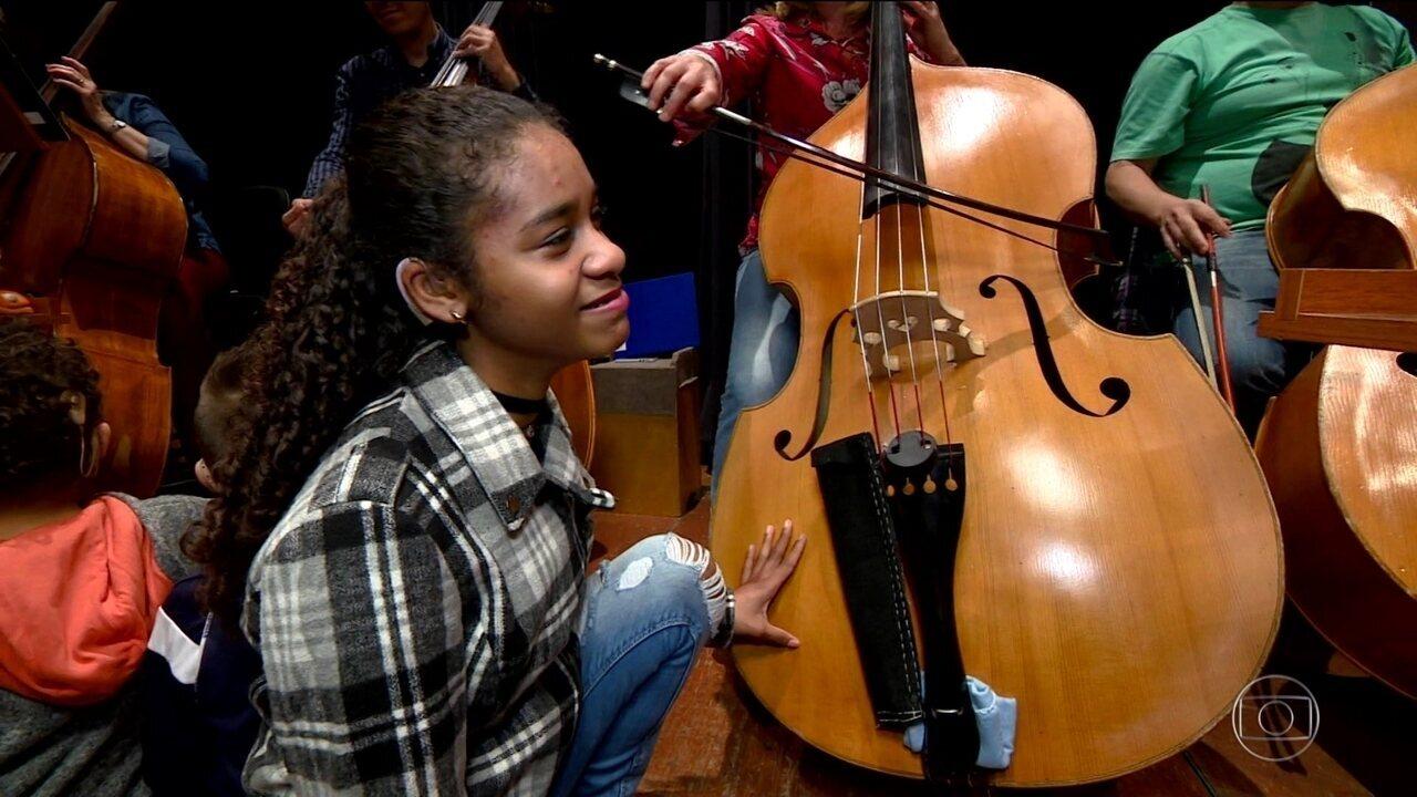 Alunos com deficiência auditiva participam do ensaio de Orquestra Sinfônica em SP