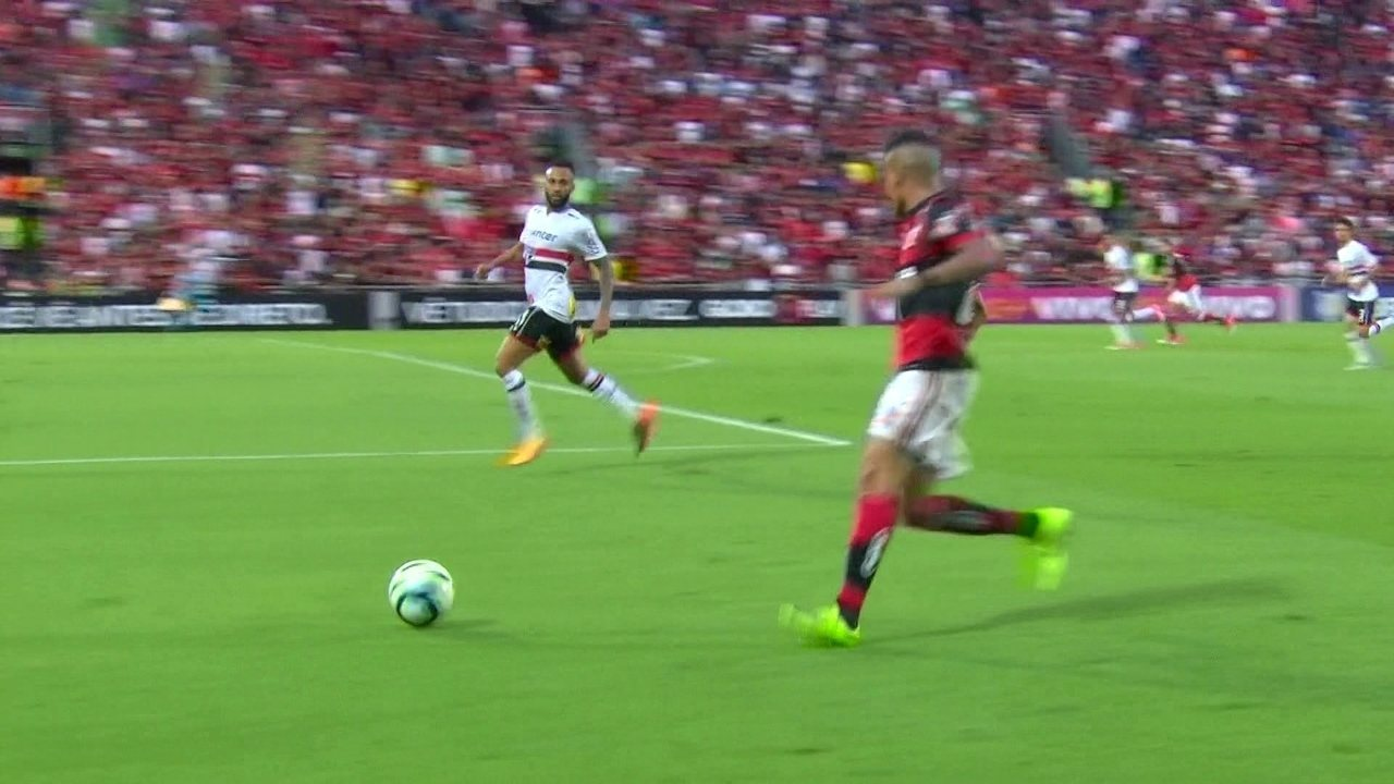 Guerrero livre para criar o segundo gol do Flamengo contra o São Paulo