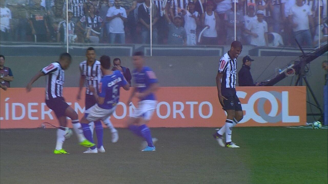 Zagueiro Léo Silva se machuca aos quatro minutos do primeiro tempo do clássico